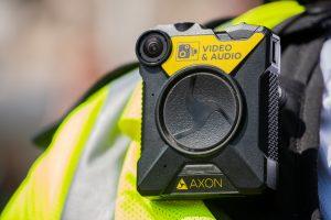 Agente de Policía atrapado por su propia camera de video